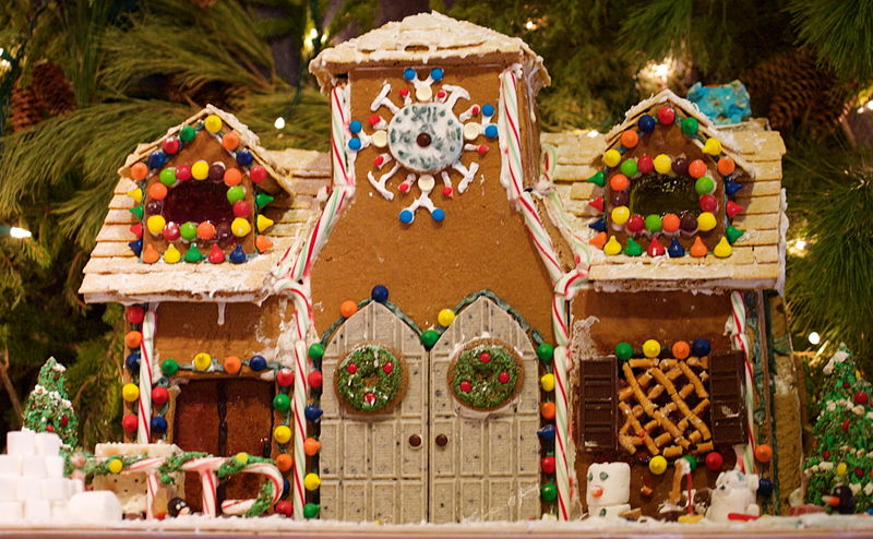 800px-Gingerbread_house_with_double_doors
